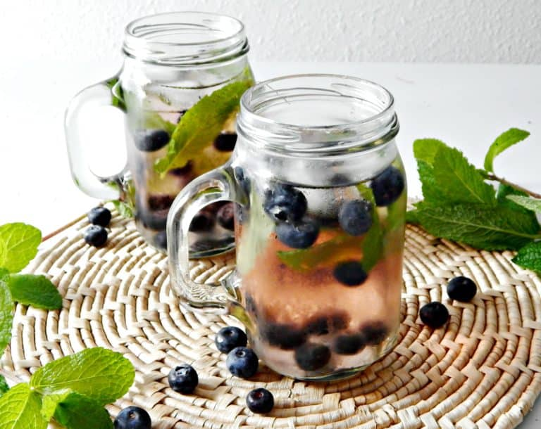 blueberry mojito with blueberries in it